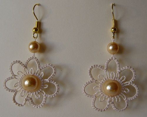 Earrings mod. Didì3 by Nuccia. Cebelia n.20 and Swarovsky pearls (8 and 6 mm)