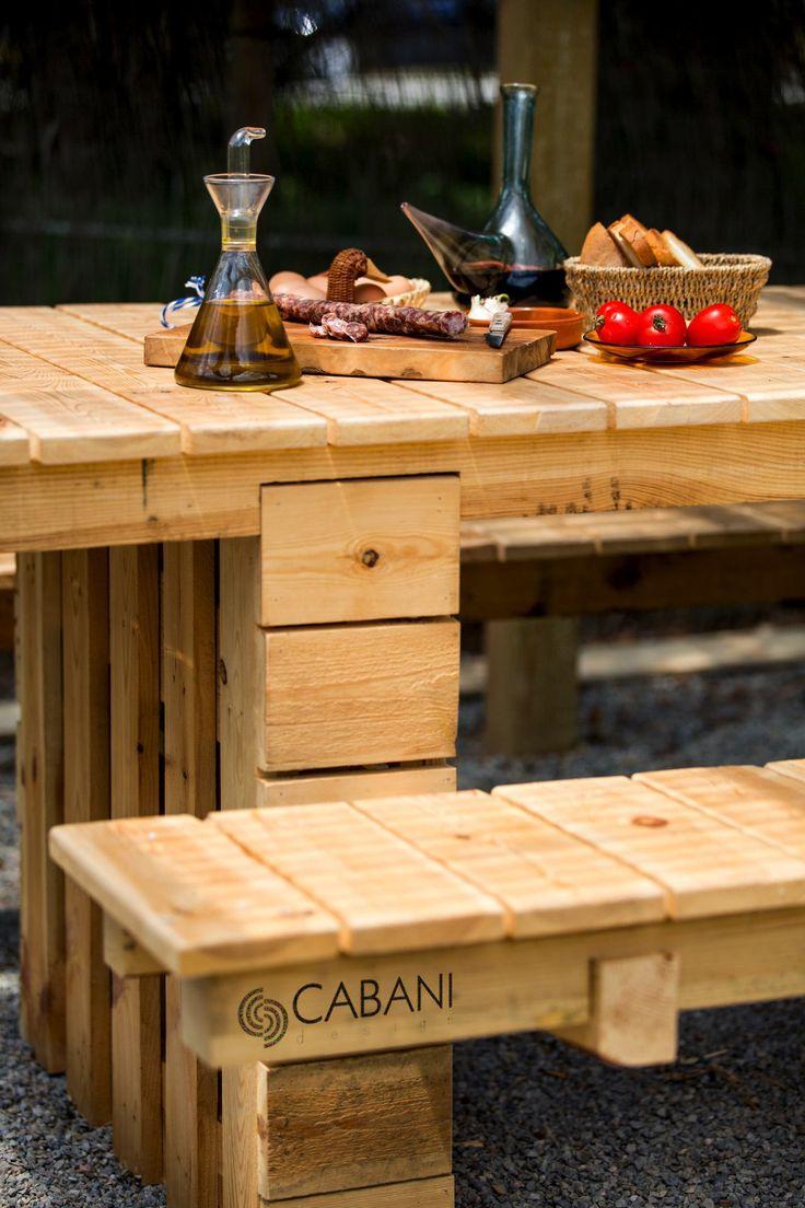 Mesa exterior con estructura de palet y acabados en tabla de madera pino flandes cepillado y barniz natural al agua #cabanidesign #mueble #exterior #palet #rustico #rural #jardin