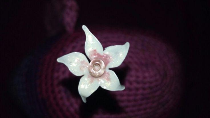 Ich bin so fasziniert von dieser Technik! Was man mit Draht und Nagellack und einer kleinen Perle so zaubern kann. Diese Blüte hat einen Durchmesser von circa 1,5 cm.
