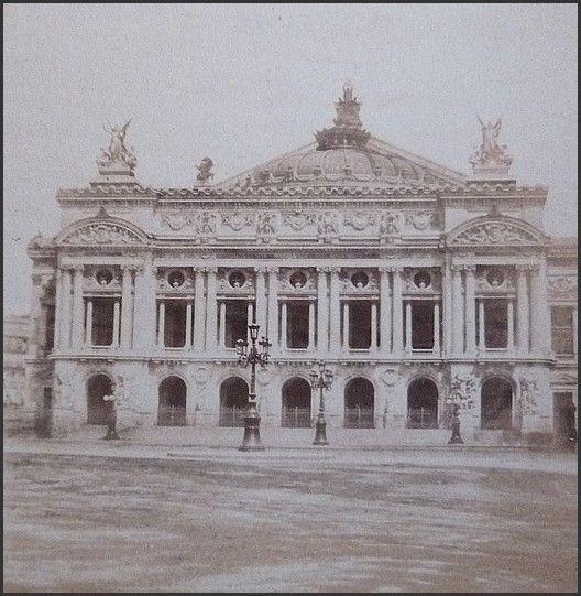 L'OPÉRA DE PARIS EN 1880. Sa construction dûe à Charles Garnier commença sous le Second Empire.
