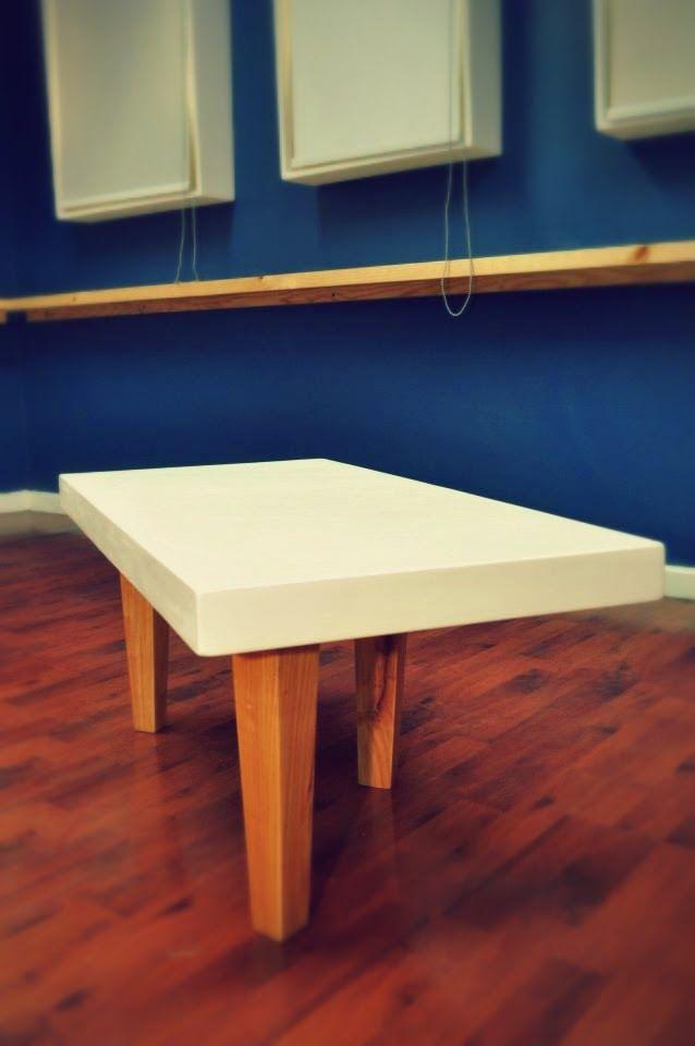 Mesa construida con terciado y soportes con madera de ciprés
