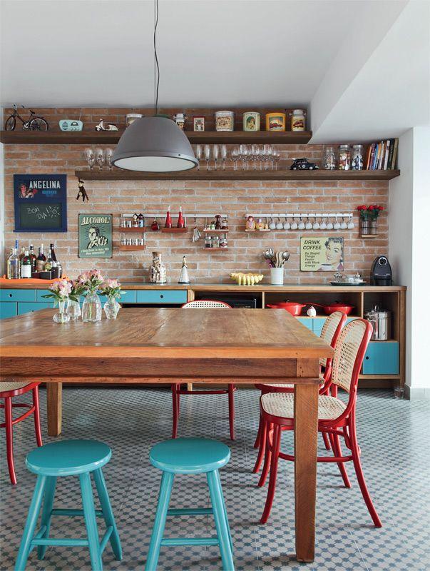 O destaque desta cozinha são as cadeiras e banquinhos coloridos do conjunto de jantar