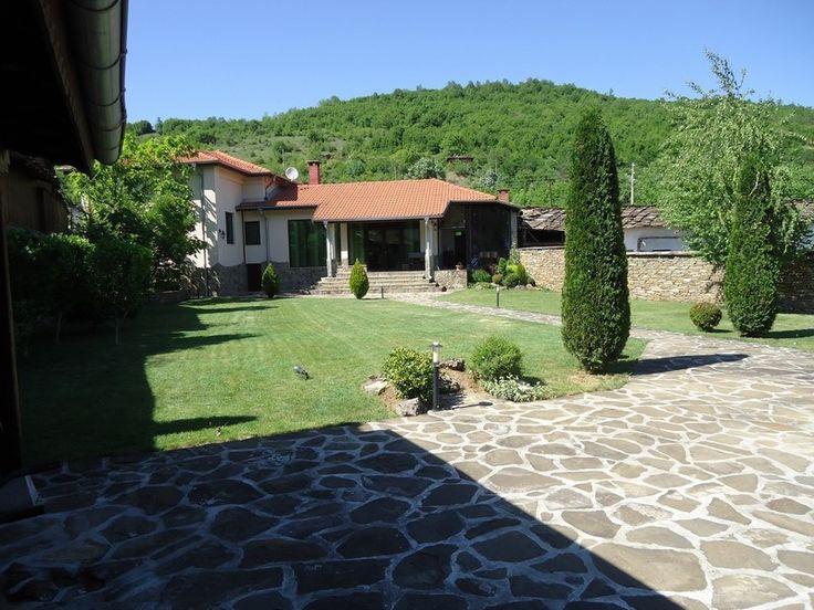 Болгария – продается прекрасный дом  в городе Троян, среди гор, лесов, рядом с рекой Осым Дом 2008 г. 140 м2, меблирован и оборудован, расположен на ухоженном участке 820 м2, с садом, зоной барбекю, площадью 30 м2, гаражом.  Состоит дом из 3 спальных и 2 ванных комнат, гостиной с кухоней, подвала площадью 25 м2 В доме: свет, вода, камин, кондиционеры, конверторные радиаторы, сигнализация Цена 85 000 € #апартаментывболгарии, #недвижимостьвболгарии, #квартиравБолгарии, #недвижимостьвгорах