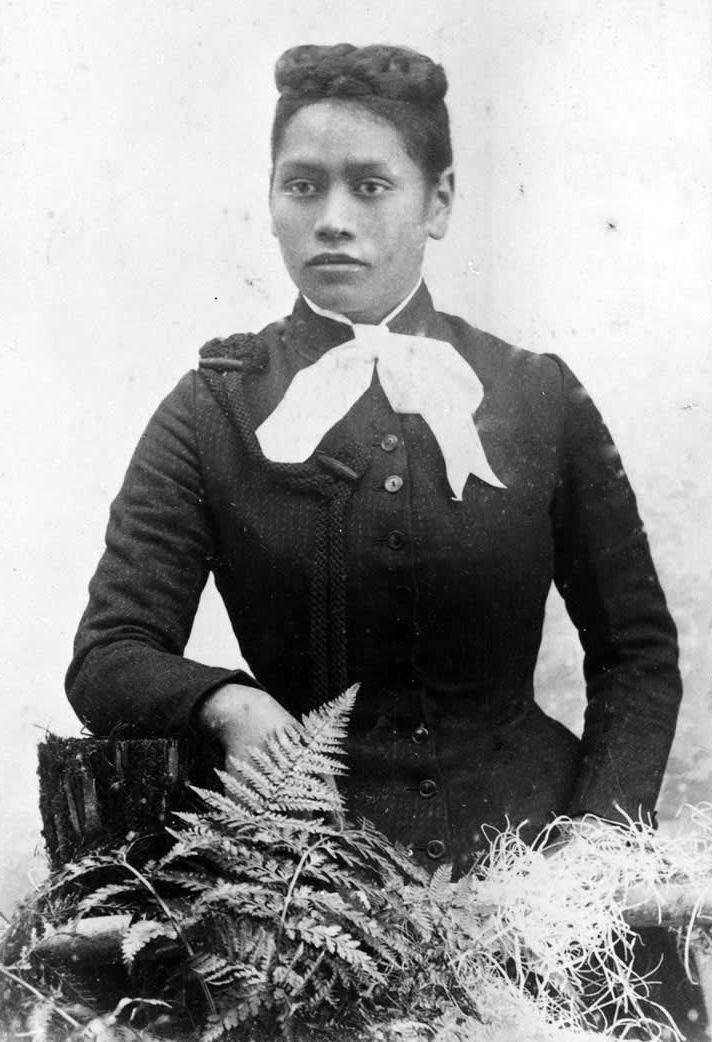 Meri Te Tai Mangakāhia (1868-1920), circa 1890. Meri was a member of the Kotahitanga (Māori Parliament) movement.        https://upload.wikimedia.org/wikipedia/commons/3/37/MeriMangakahia1890s.jpg