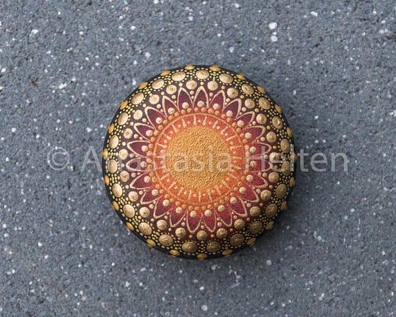Dieser kleine Stein wurde erstellt mit Acrylfarbe bemalt und mit mattem Lack geschützt. Die Größe des Steins ist etwa 5 cm im Durchmesser und es wird einen schönen Akzent zu jeder Umgebung hinzufügen oder kann ein großes Geschenk - es wird in einer schönen Verpackung geliefert.