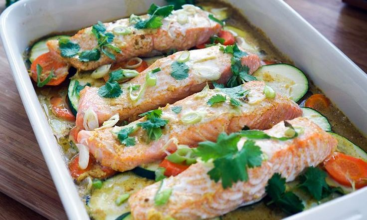 ovnsbakt laks med grønnsaker: ildfast form med laksefileter