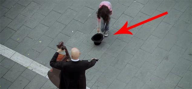 Una ragazzina ha dato degli spiccioli a dei musicisti di strada. Ecco cosa ha ricevuto in cambio, favoloso!