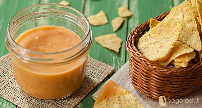 Questa salsa di pesche piccante è perfetta per accompagnare un happy hour e con delle sfogliatine di mais! Provare per credere!