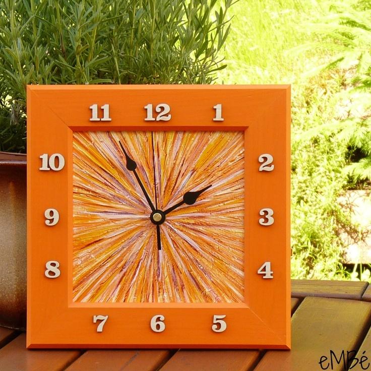 Hodiny - Oranžové, tmavé... Představuji vám hodiny Oranžové, tmavé..... Nástěnné hodinyjsou laděnyvodstínech oranžové, žluté a červenohnědé barvy, doplněné barvou bílou. Na vnitřní desce hodin jevytvořen paprskovitý plastický efekt, na kterém je provedena malba akrylovými barvami,. Rámeček je namalován tmavším odstínem oranžové barvy, malba je ...