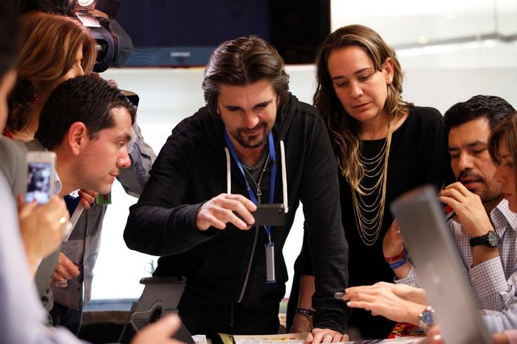 """Como un niño pequeño, Juanes se sorprendió con la aplicación de realidad aumentada de EL TIEMPO. """"Esperáte, cómo así que uno puede ver un video en el periódico... qué berraquera"""", fue su expresión."""