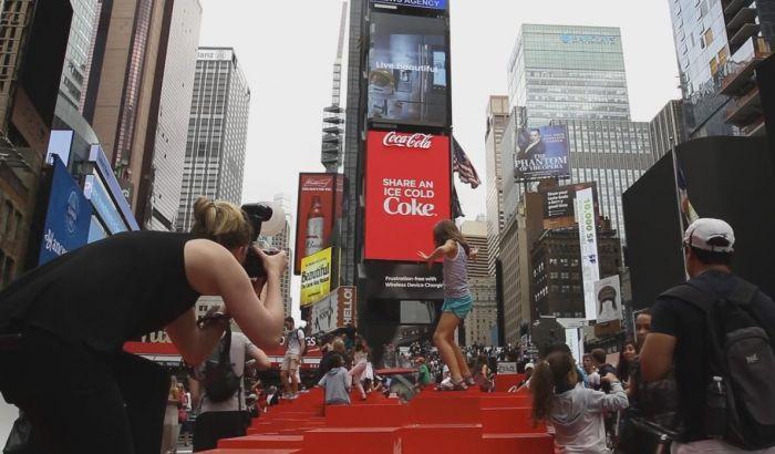 Рекламный щит Coca-Cola попал в Книгу рекордов Гиннесса   Билборд, установленный в Нью-Йорке, побил сразу два рекорда  Coca-Cola попала в Книгу рекордов Гиннесса благодаря рекламной кампании на гигантском трехмерном рекламном щите, который позволяет выводить на экран объемное изображение самых различных форм, сообщается на сайте компании.  Билборд расположился на знаменитой площади Таймс-сквер в Нью-Йорке. Для его создания компания задействовала 1760 LED-экранов. Дисплеи создают ощущение…