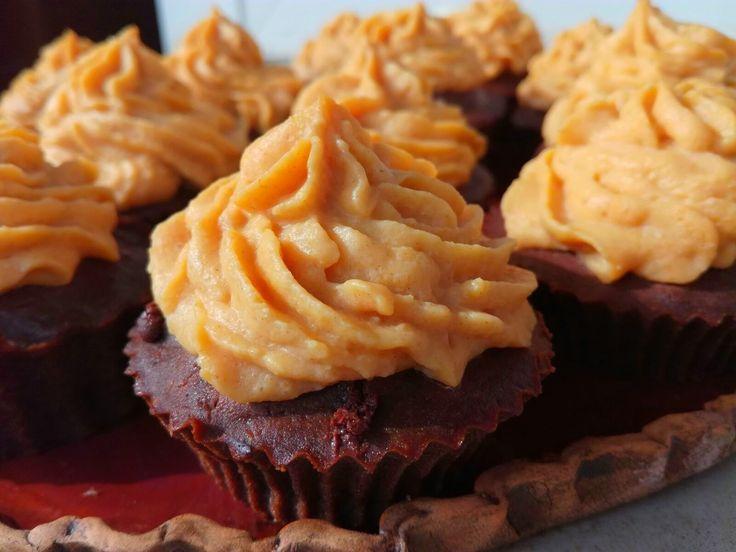 Začal podzim a s ním i úroda dýní. Dýňovou polívku již zná každý, ale čokoládové cupcakes s dýňovým krémem, to je jiná. Tato podzimní dobrota je bez p...