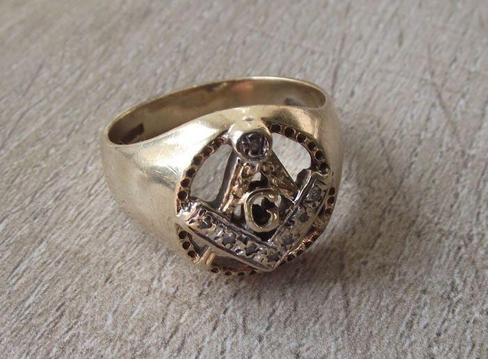 Vintage Masonic goud en diamant jurk ring  Mooie Masonic jurk ring in geel goud met opengewerkte design en de letter G boven de scheidingswandHeeft een interne bandbreedte van 20.3 mm waardoor het een UK V of USA grootte 10 5/8Een gezonde 7.09 weegt gram 9ct geel goud heeft kleine diamanten instellen in witgoud.Komt in een zeer mooie vintage conditieIk ben nieuw op Catawiki en proberen om mijn objecten zo nauwkeurig mogelijk te beschrijven9ct goud is lager dan de minimale fijnheid van…
