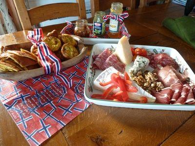 Forslag til 17.mai lunsj,minikoldt bord, med Dronning Mauds fromage til dessert. (matgladilavkarbo)