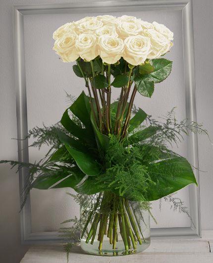 Idylle Blanc : Bouquet haut et serré de grandes roses blanches à gros boutons avec un travail graphique de feuillage. #rose
