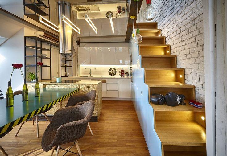 Vysoké skříňky tvoří zároveň schody do patra, kde je malá pracovna.