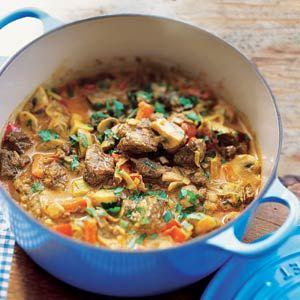 Boeuf stroganoff /  - 2 x 300 g rib-runderlappen, in kleine stukjes     - 50 g boter     - 1 ui, gesnipperd     - 2 tenen knoflook, fijngesneden     - 1 bakje champignons (250 g), in vieren     - 1 prei, in ringen     - 2 rode paprika's, in blokjes     - 2 el paprikapoeder     - 1/2 vleesbouillontablet     - 3 el wodka (slijter)     - 1 bekertje crème fraîche (125 ml)     - 2 el platte peterselie, fijngesneden
