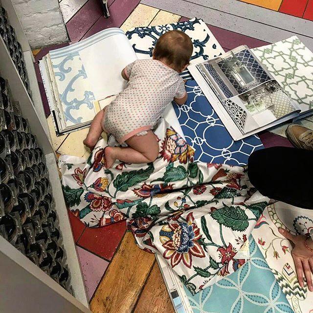 Заказчик из проекта  #burddesign_zeleznodorozhny оказался очень требовательным! Подходящие обои к ткани, на #римскиешторы в спальню, хотел нетолько детально рассмотреть, но и попробовать на вкус! 😉😄 Встреча была напряженной 😂 и предложенные краски @benjaminmoore не произвели должного эффекта, зато маленькие баночки  #littlegreene моментально привлекли его внимание и не оставили равнодушным!  P.s. история этого проекта очень интересная, ведь она началась с отреза ткани, который стал…