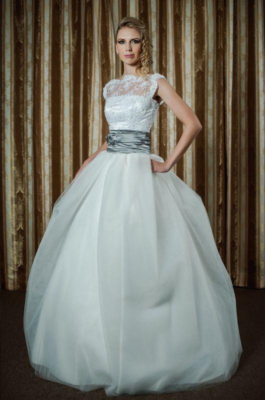 Свадебное платье: Наталья - http://vbelom.ru/catalog/svadebnoe-plate-natalya/ Пышное свадебное платье, расшитое кружевами.  Зона декольте прикрыта прозрачной маечкой, расшитой кружевами. Широкая серая лента на талии разделяет корсет и воздушную юбку.