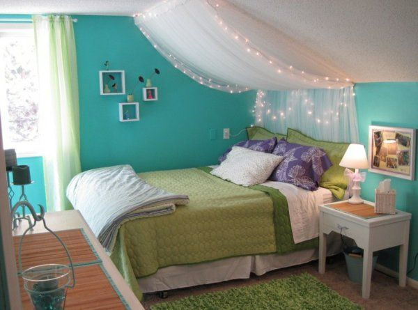 wohnideen jugendzimmer mädchen dachschräge himmelbett grüne farben