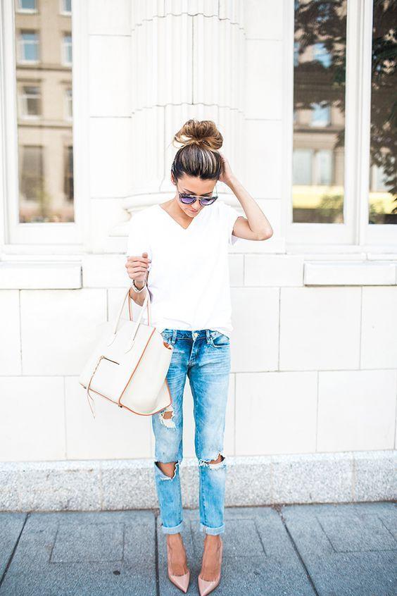 Wit t shirt en gescheurde broek met hakken