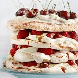 Merenguetaart met aardbeien en kersen