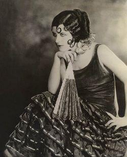 """Pola Negri en la cinta muda del año 1923, """"La bailarina española"""" (The Spanish Dancer ), con vestuario diseñado por Howard Greer. #SilentMovies"""