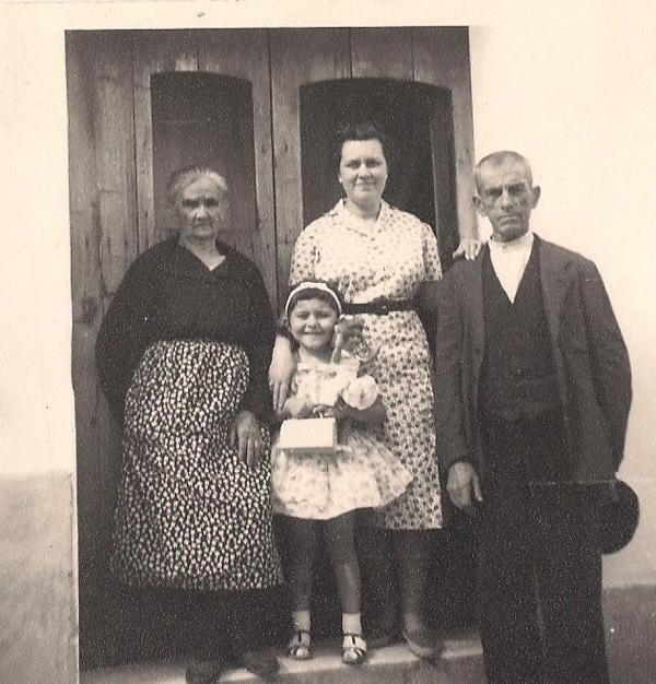 En Valdelarco, mi madre, mi abuela, mi abuelo y yo. 1962