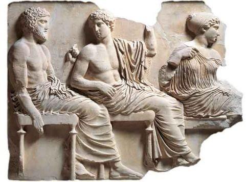 Immagine rappresentante Apollo e Poseidone, i due dialogano come se fossero nell'assemblea. Tale frammento fa parte del fregio del Partenone e ora si trova al British Museum di Londra. L'opera è in marmo bianco, come del resto tutto il tempio dedicato ad Atena Vergine, ed è stata ideata da Fidia, grande artista ateniese del V secolo a.C che si è occupato di tutte le decorazioni del Partenone.