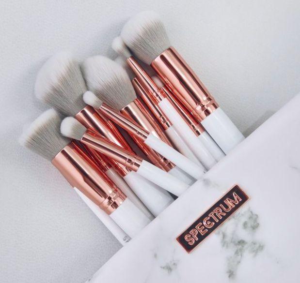 Must-have make-up brushes! Er bestaan wel honderden verschillende soorten make up kwasten. Niet alleen verschillende vormen maar ook kwasten kunnen van elkaar verschillen door het type haar dat ze heb