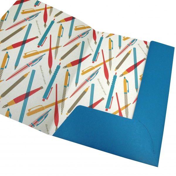 【DELFONICS/デルフォニックス】 Lugano/ルガーノ カルトン【B】 451608515053 A4サイズのプリントやクリアファイルなどを入れて持ち運ぶのに便利な、薄型の紙製ファイルです。表紙の鮮やかなブルーと、内側のカラフルなイラストがとてもオシャレ。
