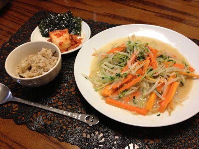 家に豆苗がずっと余ってたから、もやし売り場に置いてあった、モランボンの素を使って美味しく食べました♡ついでにモランボンのキムチがセールしてたから、今夜は韓国料理♡ - 6件のもぐもぐ - もやしと豆苗の白湯塩炒め♡+キムチと韓国のり♡ by saho
