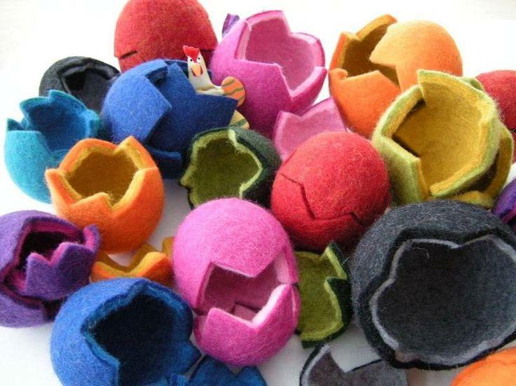 Zwei bunte Filzeier mit Platz für kleine Geschenke drin.  In den Farben rot, orange, apfelgrün, grasgrün (innen gelb), orange (innen lila), gelb (i...