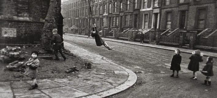 Λονδίνο τη δεκαετία του '50 - Ο κόσμος των πλούσιων και των φτωχών μέσα από εκπληκτικές ασπρόμαυρες φωτογραφίες [εικόνες] | iefimerida.gr