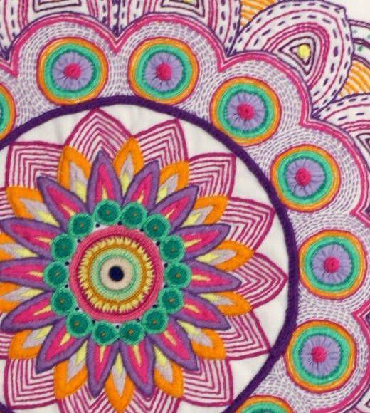Mandala elaborada em bordado e croche com acabamento em painel de patchwork.  Mandala: símbolo da vida! R$ 820,00