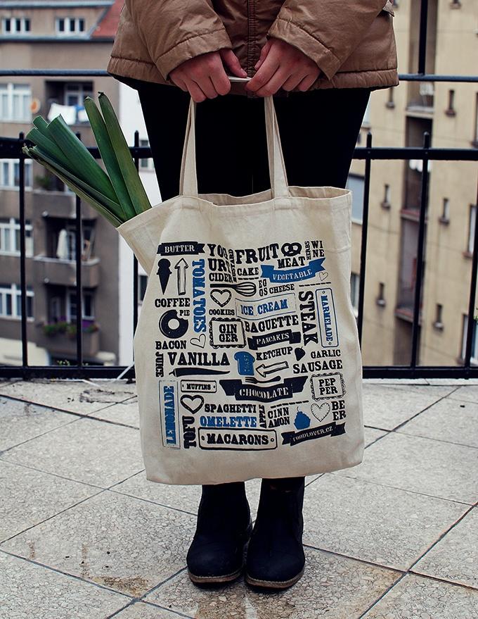 Vanilla plátěná taška Gurmánská nákupní taška vyrobená z pevného plátna se složeným dnem. Potištěná technikou kvalitního sítotisku, navržená s láskou k jídlu! Velká cca. 35 x 40 cm, ucho je dostatečně dlouhé k nošení přes rameno.