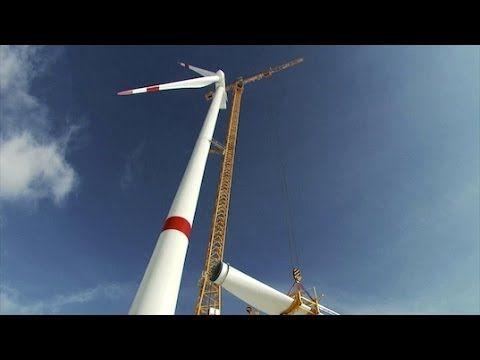 Film: #Kolosse, die am Himmel kratzen. Die Giganten heben bis zu 3.000 Tonnen und ragen fast 300 Meter in den Himmel. Dank des Ausbaus der #Windenergie stieg die Nachfrage nach #Kranen erheblich. Neue #Techniken sind notwendig, um die #Windanlagen überall dort wirtschaftlich und schnell aufzustellen, wo sie #Strom produzieren können: auf Bergen, im flachen Land, in Sümpfen oder auf See. Eine Herausforderung für die Hersteller von #Baumaschinen.