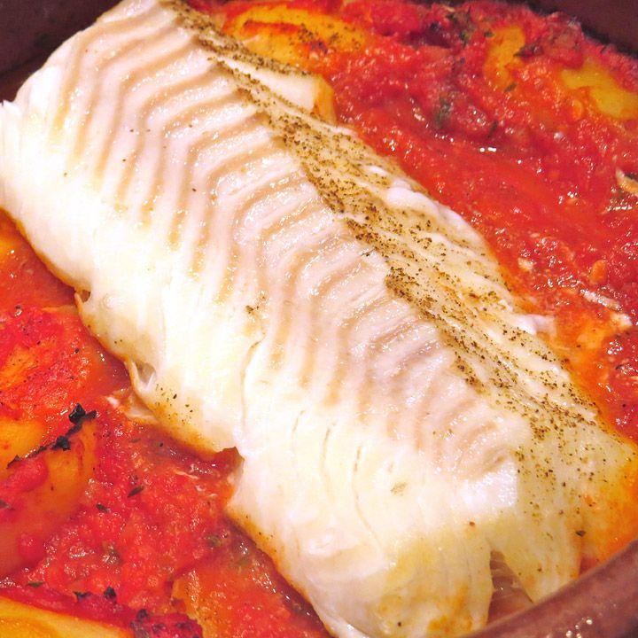 En form med poteter og tomat, med et perfekt stykke torsk på toppen