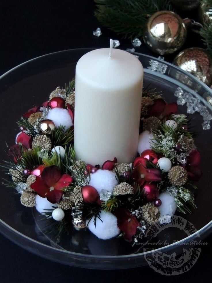 Gustowny i elegancki - te słowa idealnie opisują prezentowany wianek. Kompozycja utrzymana jest w ciekawej kolorystyce bieli, srebra i bordo. Wianek został wykonany z wysokiej jakości sztucznych gałązek świerka, puchatych kul, kryształków, kwiatów hortensji i małych szklanych bombek.  ...