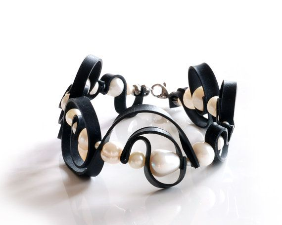 Windung gewellten Gummi-Armband handgefertigt mit recycelten Fahrrad Reifen Schlauch, weissen Perlen & Edelstahl / große schwarz-weiß-Kunst-Armband