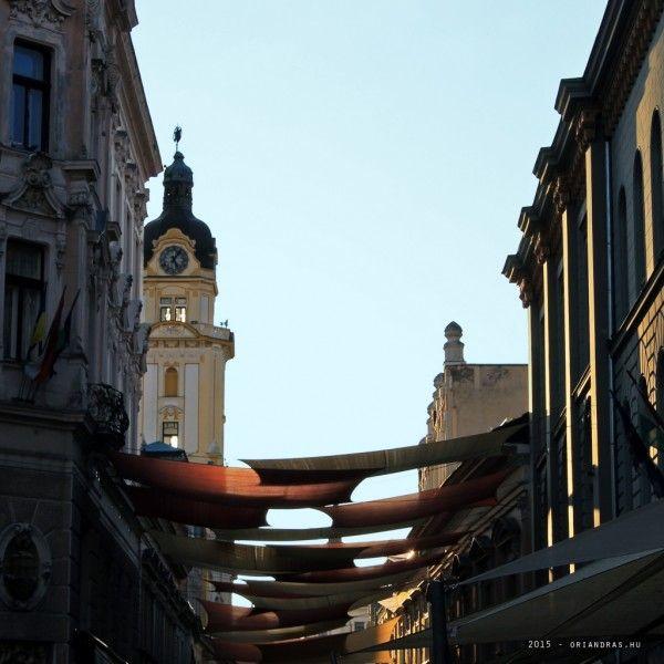 Király utca, Pécs (fotó: Őri András)  A hétvégén Pécsett jártunk és szombaton hirtelen és meglepően kisütött a nap késő délutánra. Elképesztően érdekes fényekben fürdött a város. Ez a kép is akkor készült az eget egy kicsit utószíneztem.  #pécs #hungary #autumn