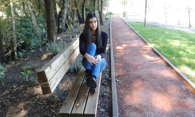 Casual look with black lace up sweat, jeans and black boots. ---- Look casual para o dia a dia com camisola preta Lace Up, calças de ganga e botas/botins pretos #look #outfit #outfitofday #todaylook #ootd #streetstyle #style #fashion #fashionblogger #blogger
