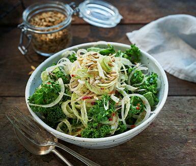 Fräscht och knaprigt med mycket grönt – grönkålssallad med fänkål, apelsin och solrosfrön är fantastiskt gott. Passar perfekt både som bufférätt och som lunch. Grönkål är ett måste på julbordet.