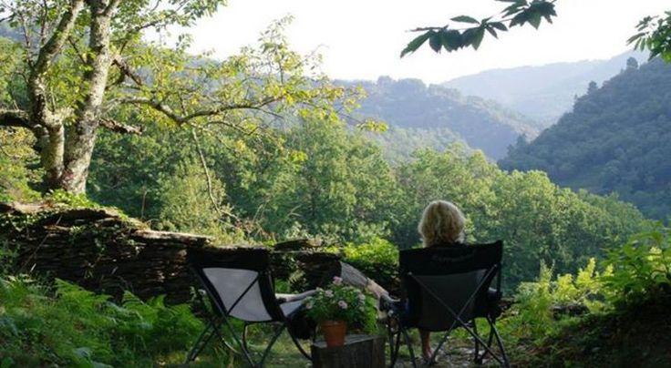 Camping met 25 staanplaatsen van gemiddeld 90m², zwembad,  houten chalets, bijzondere accommodaties en een accommodatie voor wandelaars (10 personen) op de GR70 in St Germain de Calberte.