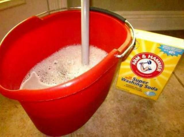 Heavy duty floor cleaner recipe: 1 kopje witte azijn, 1 theelepel vloeibaar afwasmiddel, 1 kopje baking soda en 1 emmer heet water.