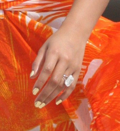 Beyonce and her HUGE diamond engagement ring!