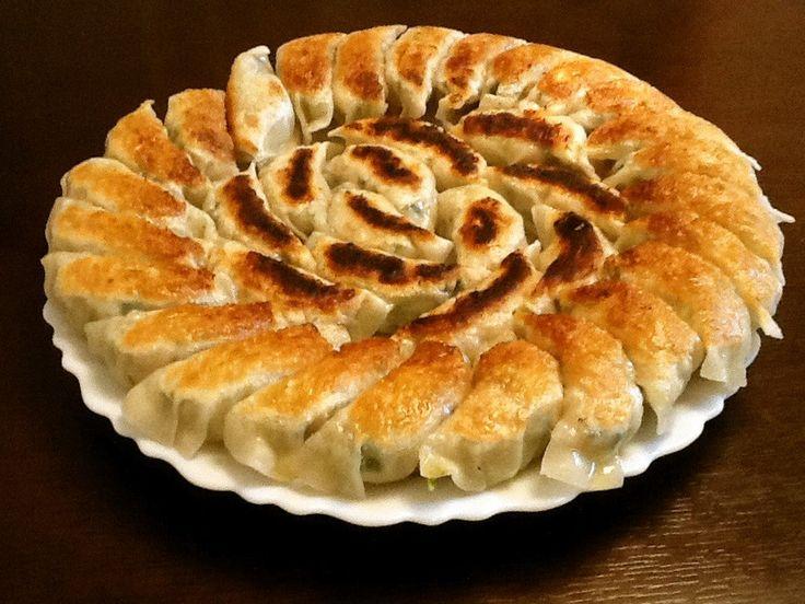 我が家の秘伝に餃子自慢の方々から秘伝をかけあわせた、「どの店の餃子よりも美味しい!」と評判の人気No.1レシピです。