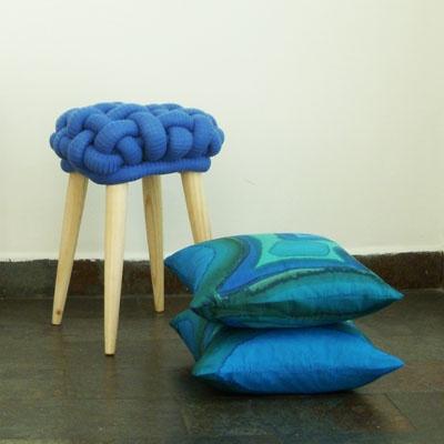 Cojines de seda / Taburete azul de EbanoDeco
