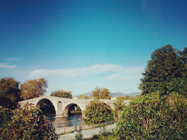Το γεφύρι της Άρτας.   The Bridge of Arta is a stone bridge that crosses the Arachthos river.
