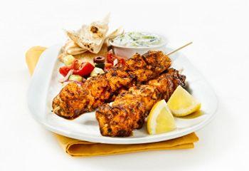 Souvlakis de poulet au paprika, sauce tzatziki